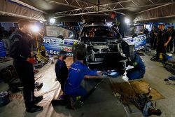 Mecánicos del M-Sport trabajando en el auto de Ott Tanak y Molder Raigo
