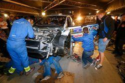 Les mécaniciens M-Sport réparent la Ford de Ott Tanak et Molder Raigo