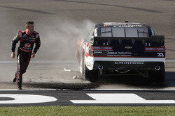 Racewinnaar Austin Dillon, Richard Childress Racing Chevrolet, viert feest