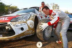 Kris Meeke and Paul Nagle, Citroën DS3 WRC, Citroën World Rally Team change tires