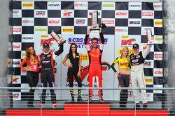 Podio de la GT: El ganador Oliver Beretta, segundo lugar Ryan Dalziel, tercer lugar Johnny O'Connell