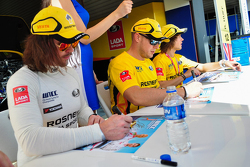 Sesión de autógrafos, James Thompson, LADA Vesta, LADA Sport Rosneft