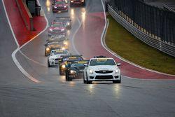 Pace car leidt veld vanuit pits
