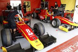 El garaje Racing Engineering de Jordan Rey y Alexander Rossi