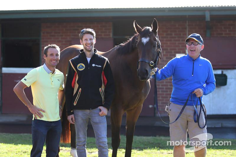 Romain Grosjean, Lotus F1 Team, trifft auf Lankan Rupee, das schnellste Pferd der Welt, und Jockey Damien Oliver sowie Trainer Mick Price
