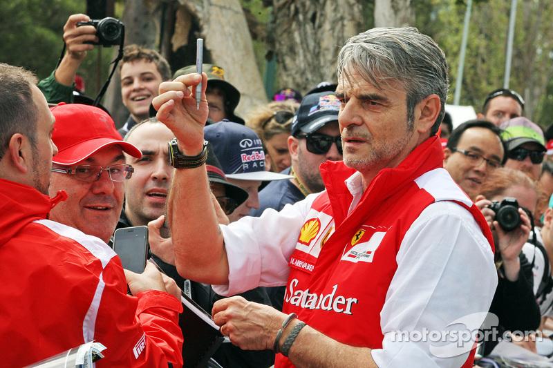 Maurizio Arrivabene, Ferrari Team Principal signe des autographes