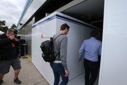 Giedo van der Garde, entra en el garaje Sauber