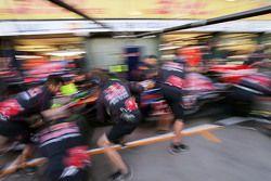 Scuderia Toro Rosso practices a pit stop