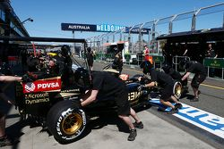 Роман Грожан, Lotus F1 E23 in the pits