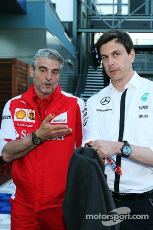 Maurizio Arrivabene, director del equipo Ferrari con el Toto Wolff de Mercedes AMG F1 Accionista y Director Ejecutivo