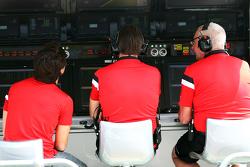 Roberto Merhi, Manor Marussia F1; Graeme Lowdon, oficial en jefe de Manor con John Booth, director d