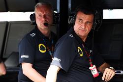 Paul Seaby, Team Manager Lotus F1 Team, et Federico Gastaldi, Vice-Team Principal Lotus F1 Team sur le muret des stands
