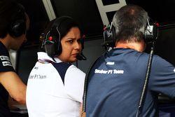مونيشا كالتينبورن مديرة فريق ساوبر في منصة إدارة السباق في حارة الصيانة