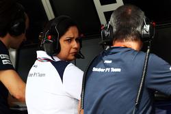 Monisha Kaltenborn, Team Principal Sauber sur le muret des stands