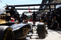 Romain Grosjean, Lotus F1 E23 practices a pit stop