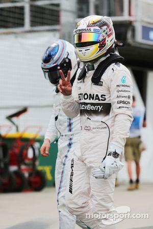 El ganador de la pole Lewis Hamilton, Mercedes AMG F1