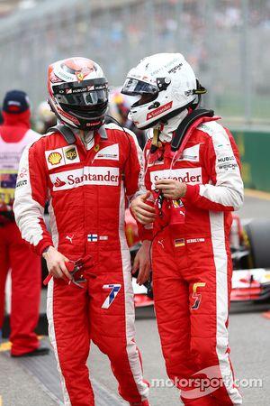 Kimi Raikkonen, de Ferrari con su compañero de equipo Sebastian Vettel, Ferrari en el parque cerrado