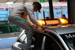 Ganador de la pole de Lewis Hamilton, Mercedes AMG F1 saltando fuera del coche médico