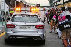 Pole Lewis Hamilton, Mercedes AMG F1 toma un paseo en el FIA en el auto médico