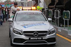 Ganador de la pole de Lewis Hamilton, Mercedes AMG F1 en el FIA en el auto médico
