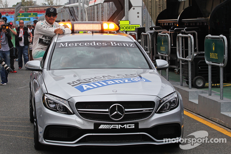 Pole-Position: 1. Lewis Hamilton, Mercedes AMG F1, im FIA Medical-Car