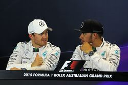 En segundo lugar Nico Rosberg, de Mercedes AMG F1 con poleman Lewis Hamilton, Mercedes AMG F1 en la conferencia de prensa de la FIA