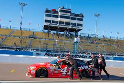 El coche de Kurt Busch, Stewart-Haas Racing Chevrolet siendo empujado en los pits