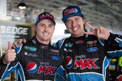 Il vincitore della gara Mark Winterbottom, Prodrive Racing Australia Ford e Chaz Mostert, Prodrive Racing Australia Ford festeggiano il primo e secondo posto