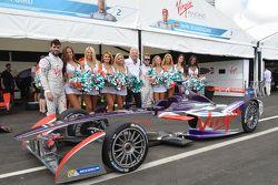 Richard Branson met Virgin Racing-dames