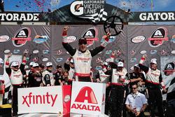 Racewinnaar Joey Logano, Team Penske Ford, viert feest