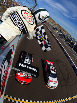 Joey Logano, Team Penske Ford, pakt de overwinning