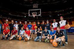 Rijders groepsfoto bij het Miami Heat basketbalveld