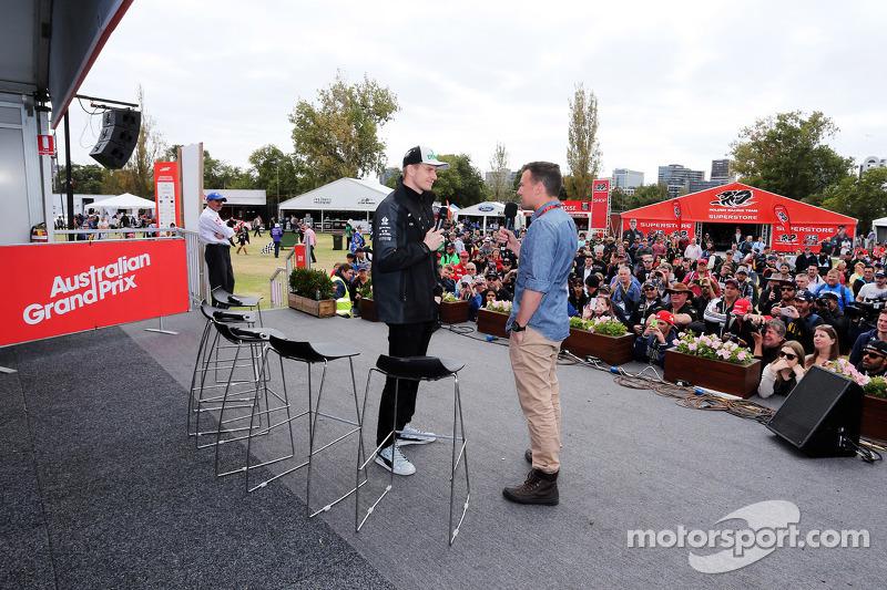 (Kiri ke Kanan): Nico Hulkenberg, Sahara Force India F1 dengan Will Buxton, Presenter NBC Sports Net