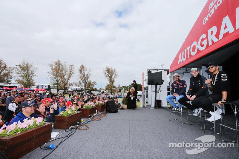 (De izquierda a derecha): Carlos Sainz Jr., Scuderia Toro Rosso; Nico Hulkenberg, Sahara Force India F1; Lewis Hamilton, Mercedes AMG F1 en el escenario de autógrafos