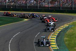 Start: Lewis Hamilton, Mercedes AMG F1 leads