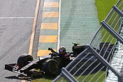 Pastor Maldonado, Lotus F1 E23, yarışın startında kaza yapıyor