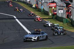 Lewis Hamilton, Mercedes AMG F1 W06 detrás del coche de seguridad de la FIA