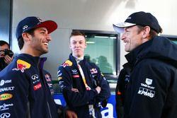 Даниэль Риккардо и Даниил Квят, Red Bull, разговаривают с Дженсоном Баттоном, McLaren