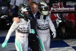 En segundo lugar Nico Rosberg, de Mercedes AMG F1 y ganador de la carrera Lewis Hamilton, Mercedes A