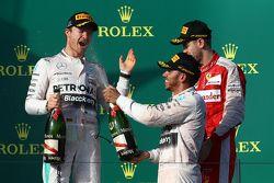 El ganador de la carrera, Lewis Hamilton, Mercedes AMG F1, segundo lugar, Nico Rosberg, Mercedes AMG