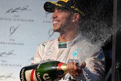 El ganador de la carrera, Lewis Hamilton, Mercedes AMG F1 Team