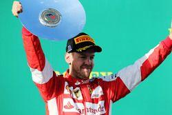 Sebastian Vettel, Ferrari, celebra en el podio