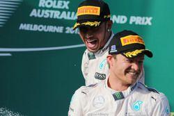 El ganador de la carrera, Lewis Hamilton, Mercedes AMG F1, celebra en el podio con su compañero, Nico Rosberg, Mercedes AMG F1