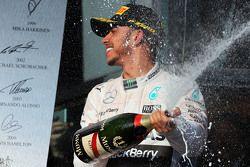 El ganador de la carrera, Lewis Hamilton, Mercedes AMG F1, celebra en el podio