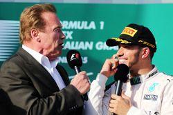 Arnold Schwarzenegger, en el podio con el ganador de la carrera Lewis Hamilton, F1 Mercedes AMG