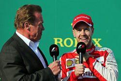 Arnold Schwarzenegger, en el podio con el tercer puesto de Sebastian Vettel, Ferrari