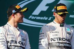 El segundo lugar, Nico Rosberg, Mercedes AMG F1 con su compañero de equipo, Lewis Hamilton, Mercedes AMG F1