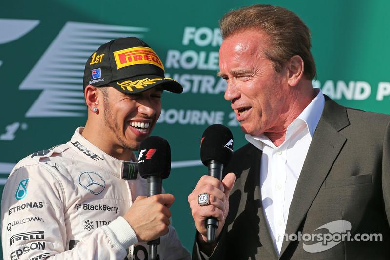 Pemenang balapan, Lewis Hamilton, Mercedes AMG F1 di podium bersama Arnold Schwarzenegger