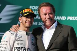 Yarış Galibi Lewis Hamilton ve Arnold Schwarzenegger podyumda