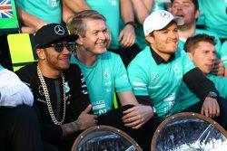 El ganador de la carrera, Lewis Hamilton, Mercedes AMG F1, celebra con el equipo